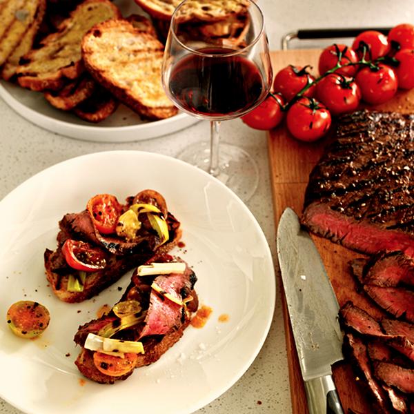 In balsamico gemarineerde steak met gegrilde groente